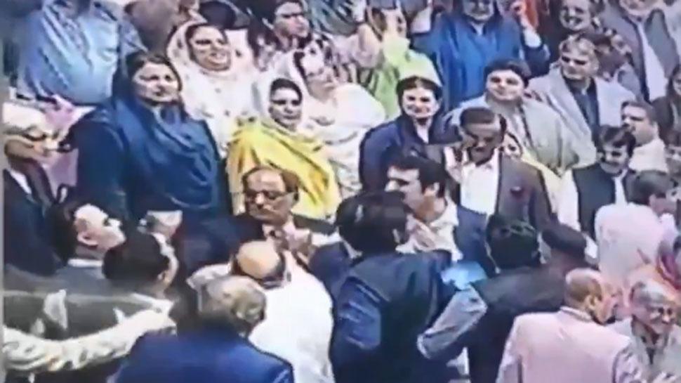 पाकिस्तानी संसद में हुआ शर्मनाक वाकया, सांसदों ने खूब की धक्कामुक्की, एक-दूसरे पर चलाए घूंसे