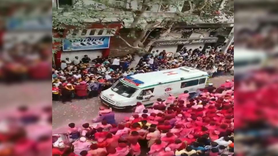 VIDEO: हजारों की भीड़ करने जा रही थी गणपति बप्पा का विसर्जन, पीछे से आई एंबुलेंस, फिर...