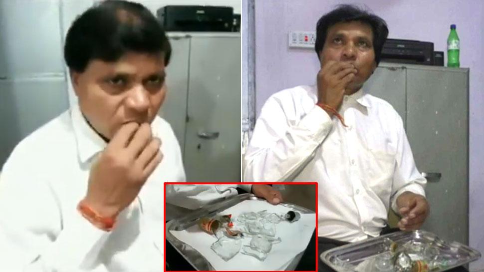 45 साल से नाश्ते में कांच खा रहे हैं ये वकील साहब, यकीन न हो तो देख लीजिए VIDEO