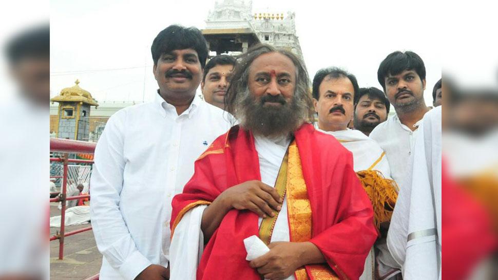 हजारों भक्तों के बीच श्री श्री रविशंकर ने किए तिरुपति बालाजी के दर्शन, लिया आशीष