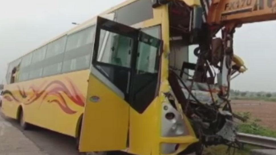यमुना एक्सप्रेस-वे पर खड़े ट्रक में जा घुसी बस, 2 लोगों की मौत, 20 से अधिक घायल