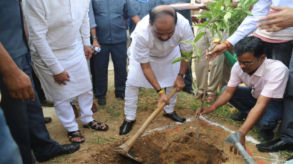 रांची: रघुवर दास ने किया वृक्षारोपण, कहा- हमारी सरकार विस्थापित होने से पहले बसाती है