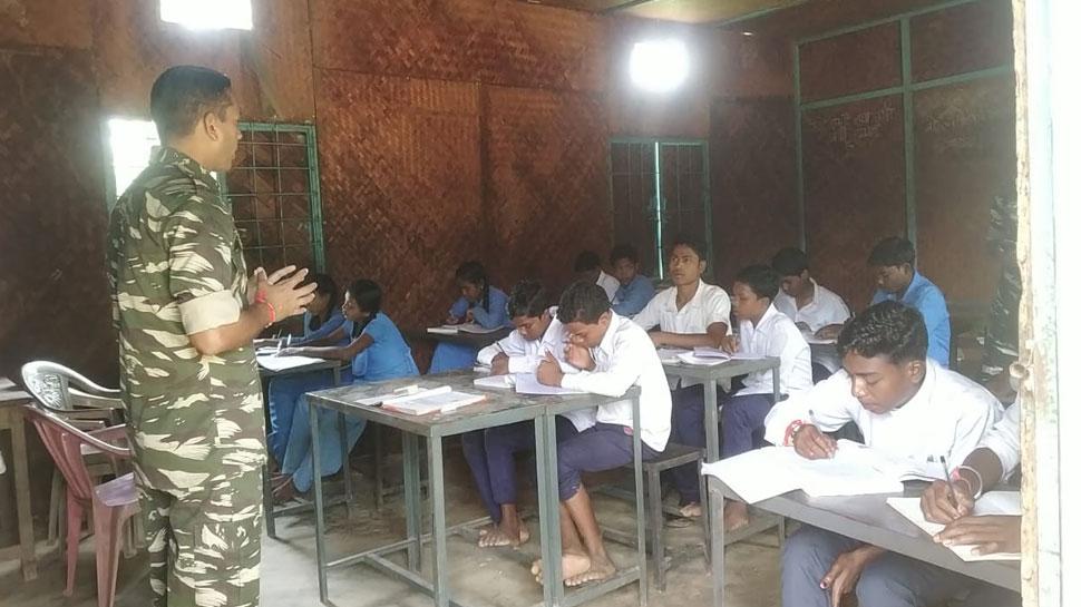 नक्सल प्रभावित इलाके में बच्चों को पढ़ा रहे हैं CRPF के जवान, सभी कर रहे सलाम