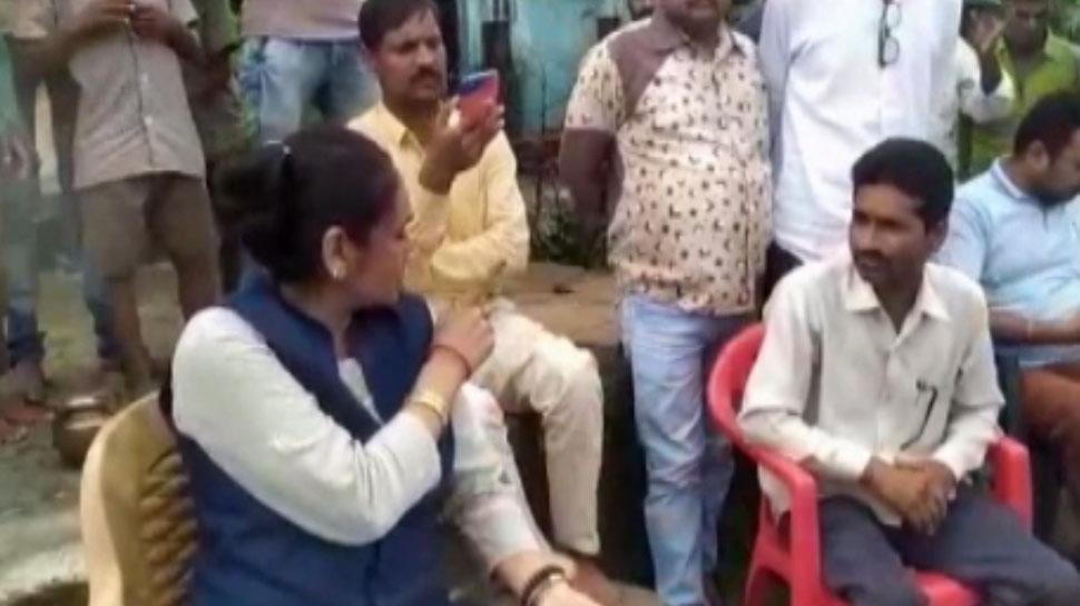 BSP विधायक रमाबाई ने पार्षद को सरेआम लगाई लताड़, लोगों से कहा- मार देना थप्पड़