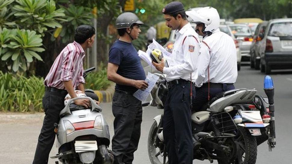 UP में ऐसा भी होता है, स्कूटी चालक का पुलिस ने काट दिया सीट बेल्ट का चालान