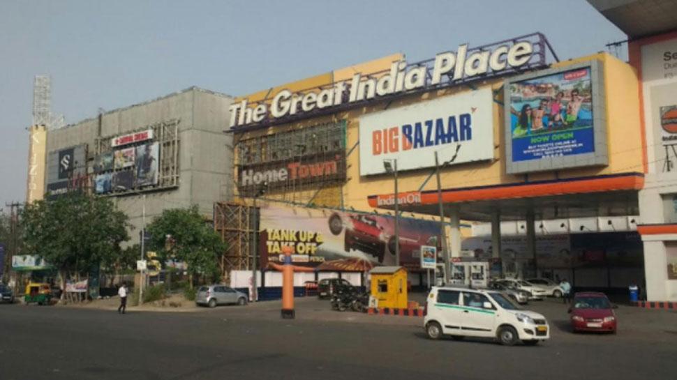 पार्किंग के रुपए देने को लेकर जीआईपी मॉल में युवक-युवती ने किया हंगामा