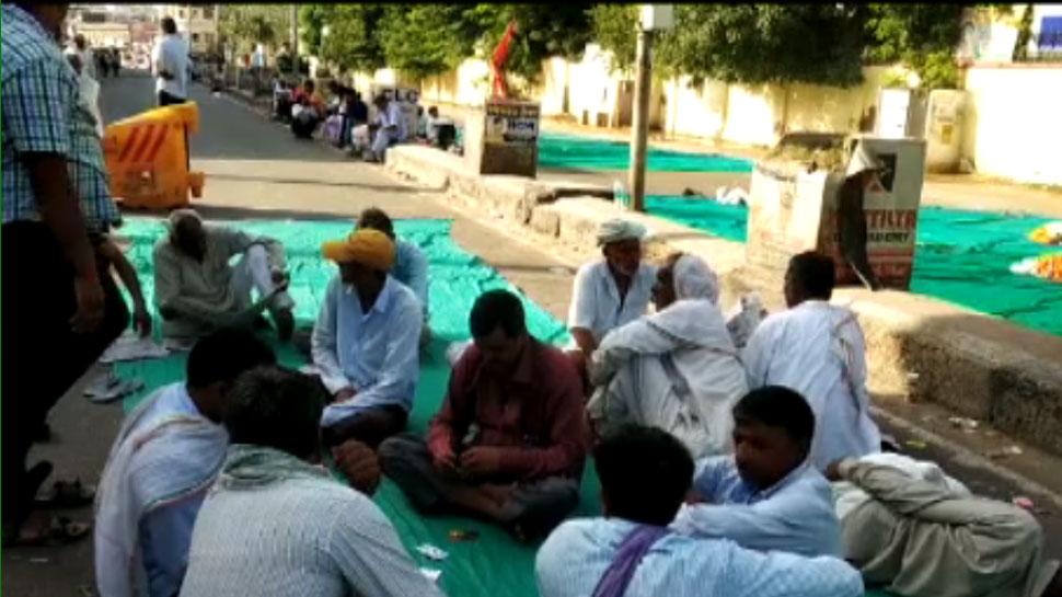 सीकर: CPI(M) का आंदोलन दूसरे दिन भी जारी, कलेक्ट्रेट के बाहर कर रहे प्रदर्शन