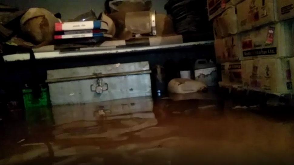 टापू बनी कोतवाली, पुलिसकर्मियों के छूटे बारिश में पसीने