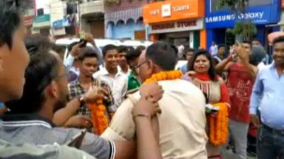 देवघर: ट्रैफिक पुलिस ने नियमों का पालन करने के लिए अपनाया गांधीगिरी का रास्ता, किया कुछ ऐसा