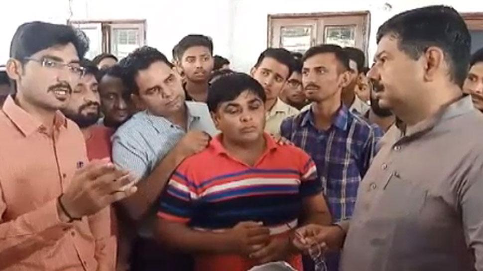 जयपुर: गोखले हॉस्टल के छात्रों ने शिक्षा मंत्री के आवास पर किया हंगामा, जाने क्यों...