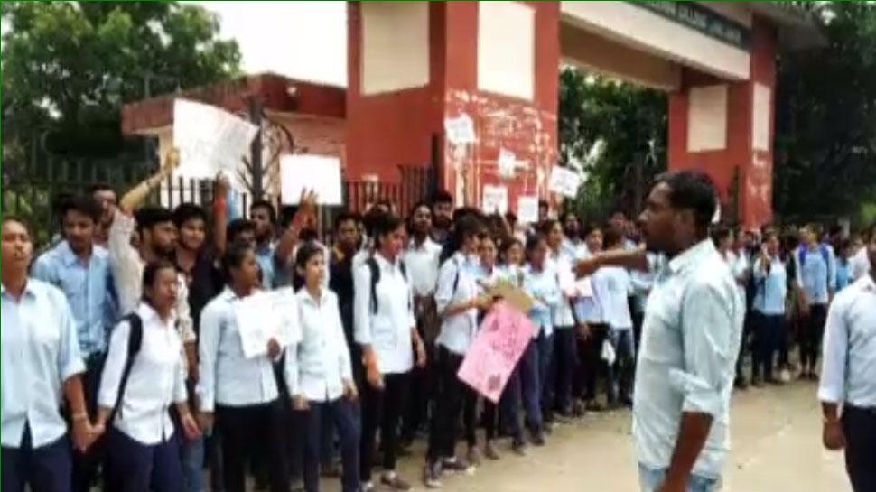 झालावाड़: नाम बदले जाने से परेशान छात्रों ने कॉलेज के गेट पर लटकाया ताला, किया प्रदर्शन