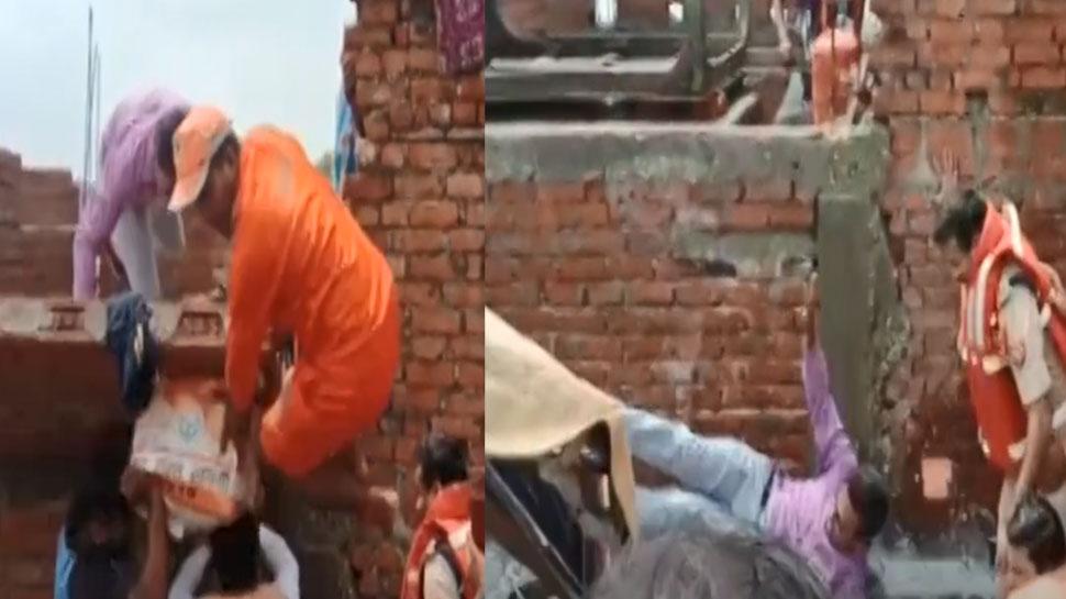 VIDEO: वाराणसी में बाढ़ पीड़ितों को राहत सामग्री बांट रहे थे DM, दीवार समेत गिरकर हुए घायल