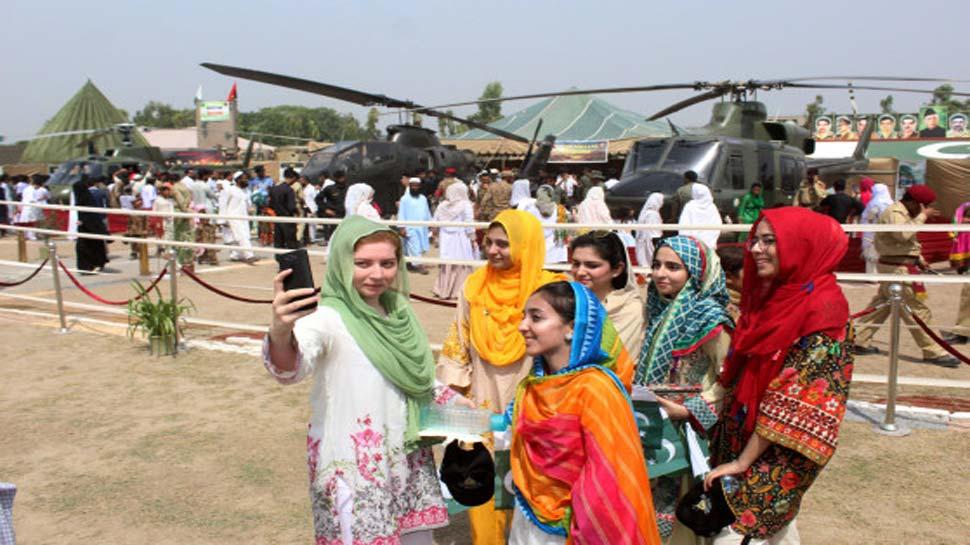 वाह रे पाकिस्तान! छात्राओं के लिए बुर्का पहनने पर पाबंदी हटी तो मंत्री और धर्म गुरु हो गए गुस्सा