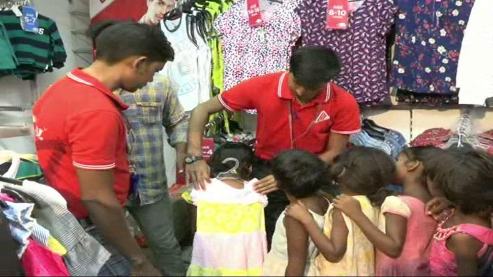 पिकनिक, पिज्जा और नए कपड़े, आसनसोल के कुछ युवक लाए बच्चों के चेहरों पर खुशी