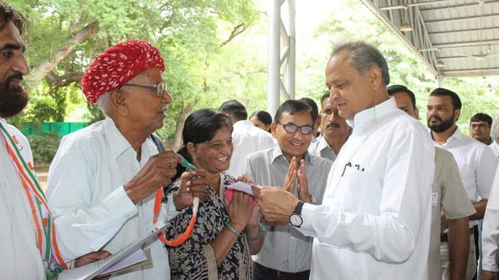 राजस्थान: मुख्यमंत्री अशोक गहलोत ने 3 घंटे में सुनी 5000 लोगों की समस्याएं