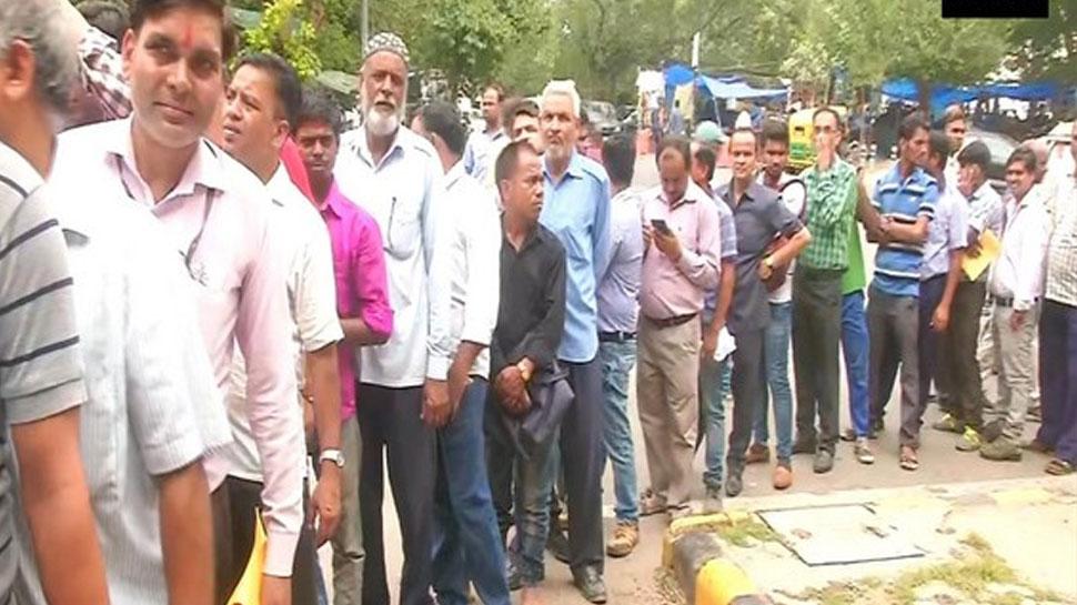 यहां 22 रुपये किलो बिक रही प्याज, ऑफिस छोड़कर लंबी लाइन में लगे लोग