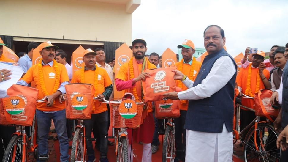 झारखंड में अबकी बार 'कमल दूत' करेंगे BJP का प्रचार, CM रघुवर ने किया रवाना