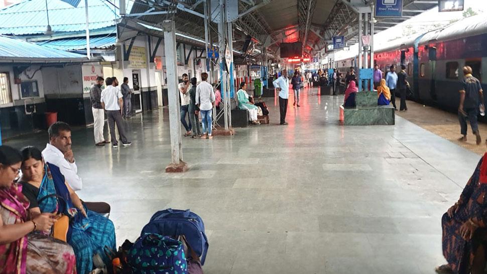 होशंगाबाद स्टेशन में सिंगल यूज पॉलीथिन बंद, कागज के दोनों में मिल रहे समोसे और कचौड़ी
