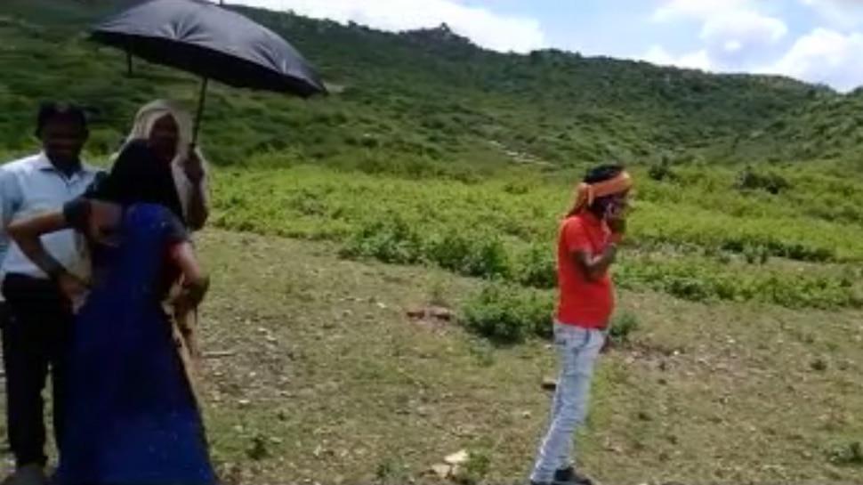 झारखंड: डिजिटल युग में भी बिना नेटवर्क का है यह गांव, बात करने पहाड़ी पर जाना पड़ता