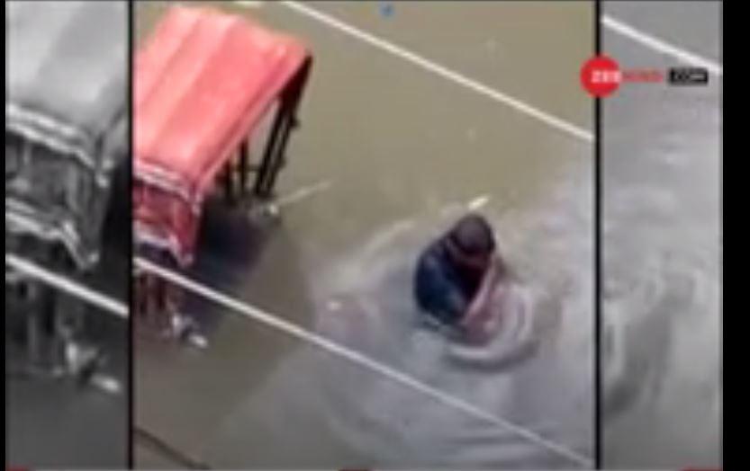 पटना: जब फूट-फूटकर रोने लगा पानी में फंसा रिक्शा चालक, VIRAL हुआ वीडियो