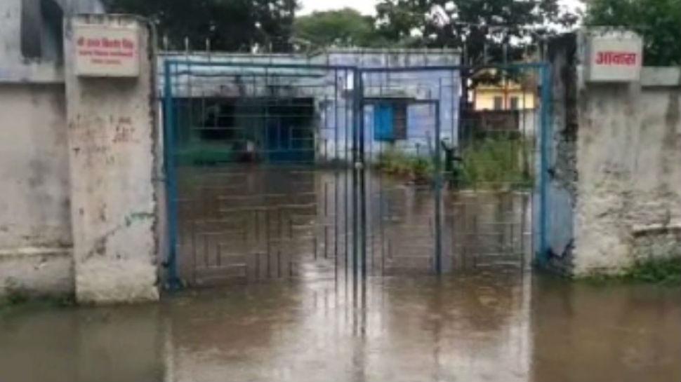 छपरा: लगातार बारिश के बाद कई इलाके जलमग्न, बीडीओ आवास में भी घुसा पानी