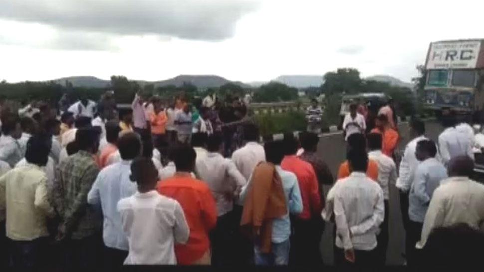 प्याज उत्पादक किसानों का फूटा गुस्सा, सड़क पर ट्रैक्टर-ट्रॉली खड़े कर किया आंदोलन