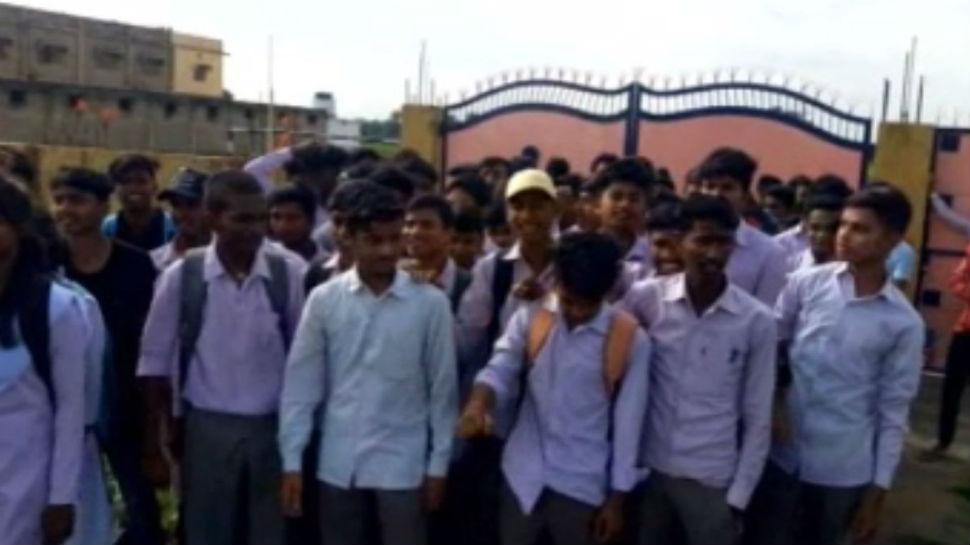 झारखंड: लोहरदगा में प्रिंसपल के खिलाफ छात्रों ने खोला मोर्चा, लगाए संगीन आरोप
