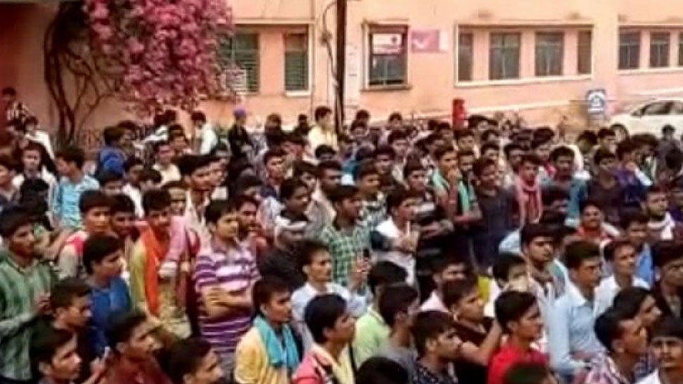 बीकानेर: टीचर की कमी के चलते राजकीय महाविद्यालय के छात्रों का प्रदर्शन, जलाया शिक्षा मंत्री का पुतला