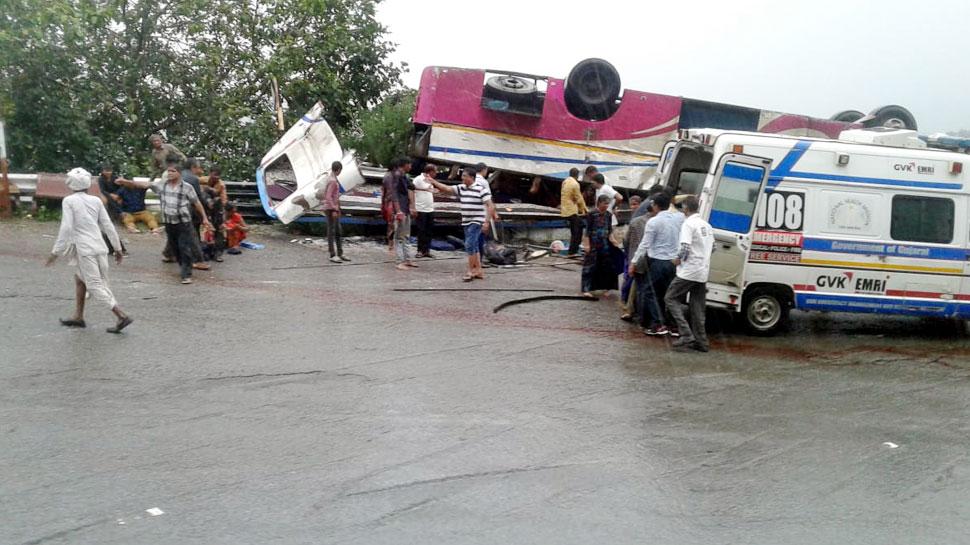 गुजरात: बनासकांठा में बस खाई में गिरी, 21 यात्रियों की मौत, PM मोदी ने जताया दुख