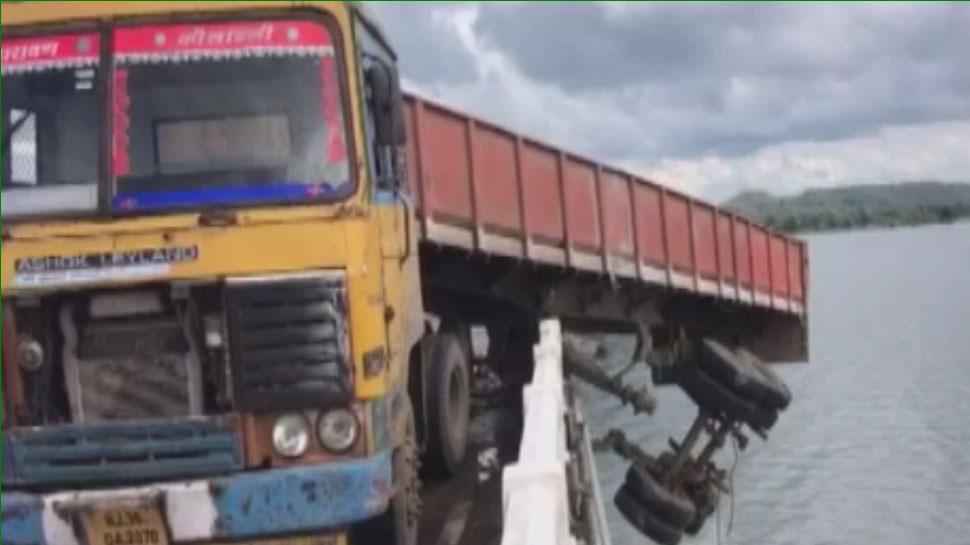 राजस्थान: माही नदी पुल पर दो ट्रोले के बीच जबरदस्त भिड़ंत, हादसे से पानी में गिरा ट्रोला