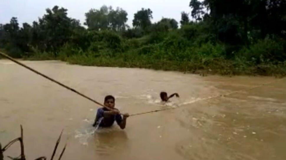 बिहार: बाढ़ से टूटा बांका के इस गांव का संपर्क, रस्सी के सहारे नदी पार कर रहे लोग