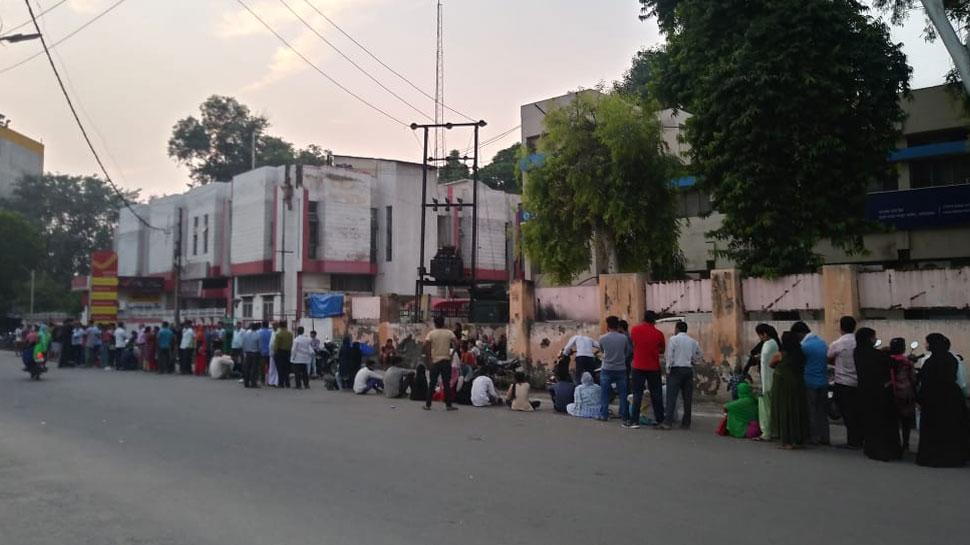 गाजियाबाद: ये डिजिटल इंडिया है! 'AADHAR' के लिए सुबह 3 बजे से लगी है लंबी लाइन