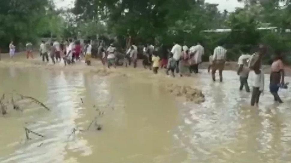 मुंगेर: बाढ़ पीड़ित शिविर में गंदे पानी से धुले बर्तन में खाने को मजबूर, पीने के लिए भी नहीं है पानी