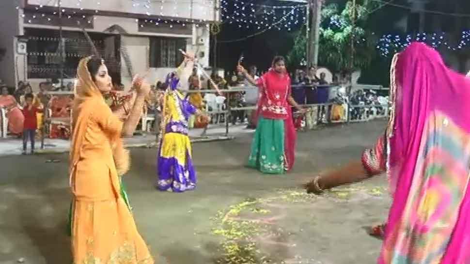 नवरात्रि 2019: यहां तलवार के साथ गरबा खेलती हैं राजपूत महिलाएं, दिखाती हैं गजब के करतब