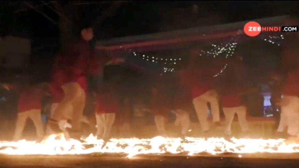 आग की लपटों के बीच मां की भक्ति में गरबा खेलते भक्त | VIDEO देखकर रह जाएंगे दंग