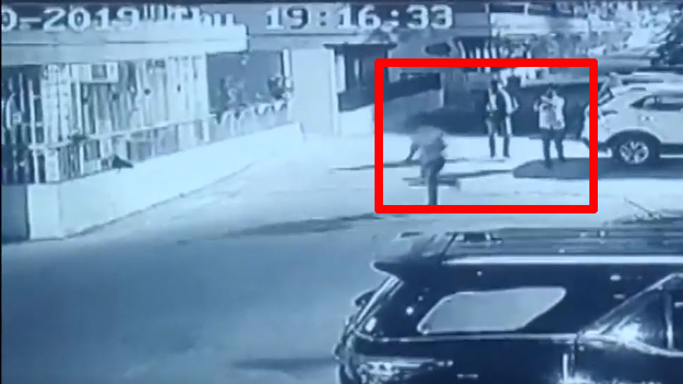 UP: गौर सिटी सोसायटी में शख्स पर ताबड़तोड़ फायर कर फरार हुए बदमाश, वारदात CCTV में कैद