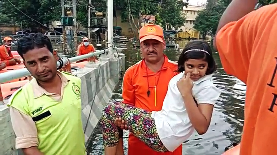 बिहार बाढ़: पीड़ितों की मदद के लिए IIT धनबाद के छात्रों की अनोखी पहल, भीक्षाटन कर जुटा रहे पैसे