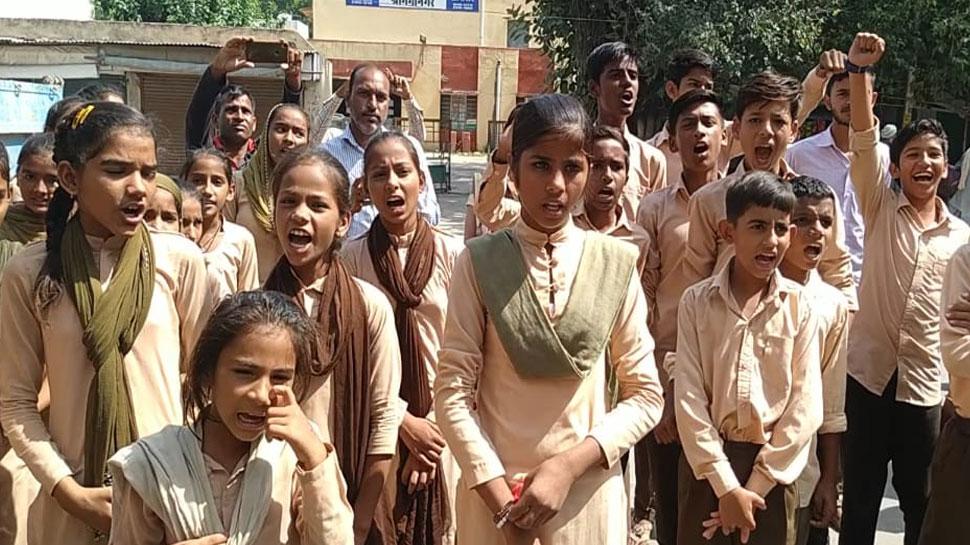 श्रीगंगानगर: प्रधानाचार्य का तबादला होने के विरोध में छात्रों ने कलेक्ट्रेट में किया प्रदर्शन