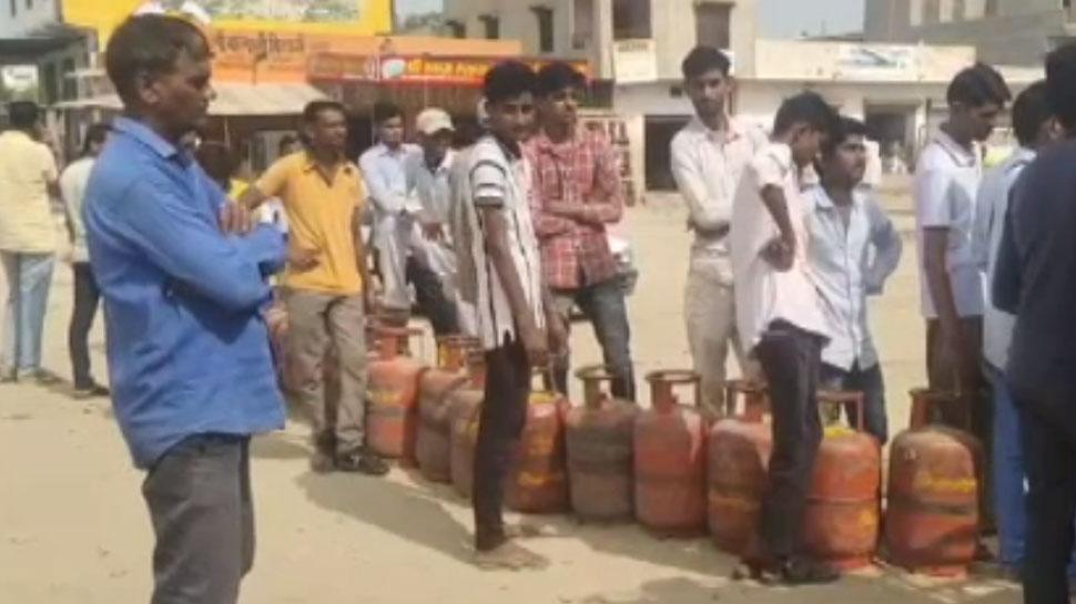 राजस्थान: गैस सिलेंडर न मिलने से परेशान लोग, रोज घंटों लाइन में लगने को मजबूर