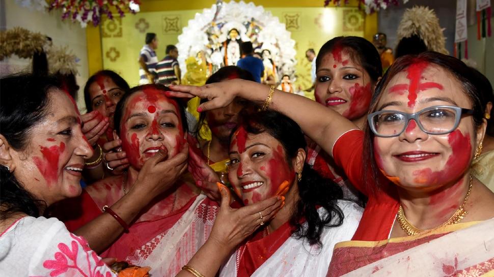 नवरात्रि: बिहार-झारखंड में भी सिंदूर खेला की धूम, महिलाओं ने देवी दुर्गा से मांगा आशीर्वाद
