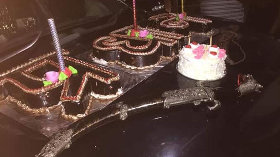 युवक ने जन्मदिन पर तलवार से काटा केक और की फायरिंग, सोशल मीडिया पर VIDEO VIRAL