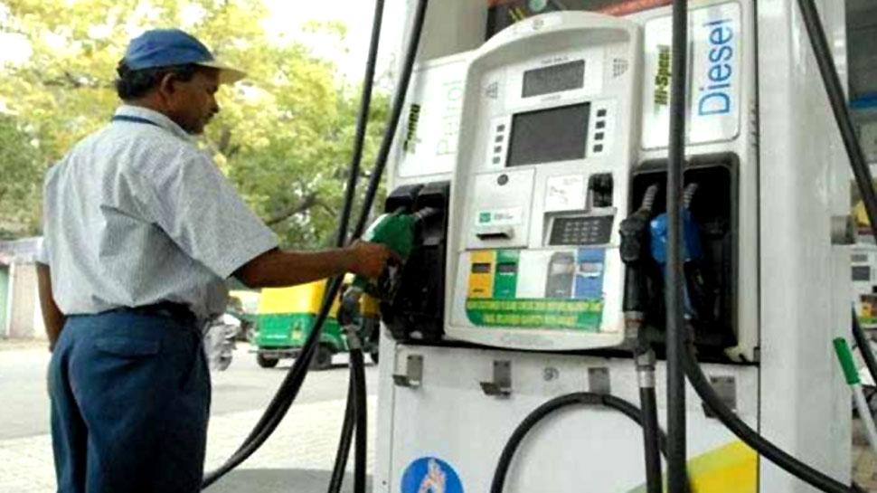 Petrol-Diesel Price: पेट्रोल-डीजल के दाम लगातार दूसरे दिन घटे, ये रहा आज का रेट