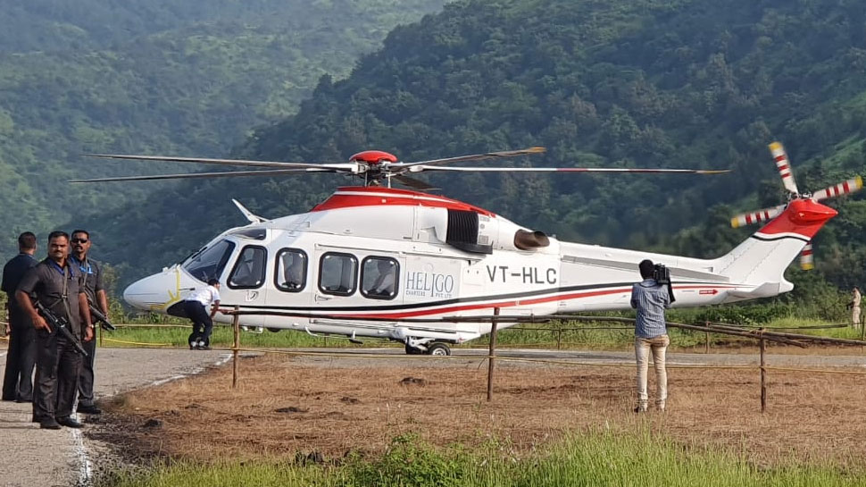 CM फडणवीस हादसे का शिकार होने से बाल-बाल बचे, कीचड़ में फंस गया था हेलिकॉप्टर