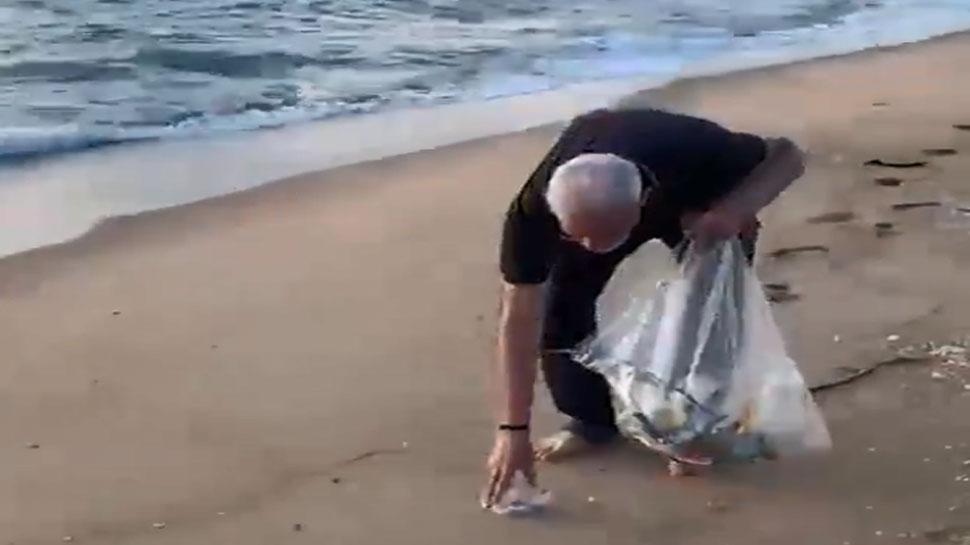 महाबलीपुरम के बीच पर फैला था प्लास्टिक का कचरा, पीएम मोदी ने खुद की सफाई, देखें VIDEO