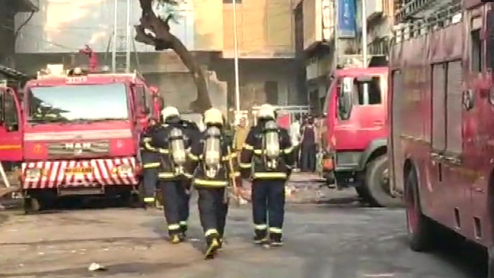 मुंबई: ड्रीमलैंड सिनेमा के पास इमारत में लगी आग, 8 लोगों को बचाया गया