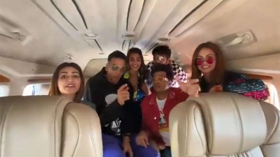Promotion On Wheels : Akshay kumar Film Housefull 4 Promotion in Train