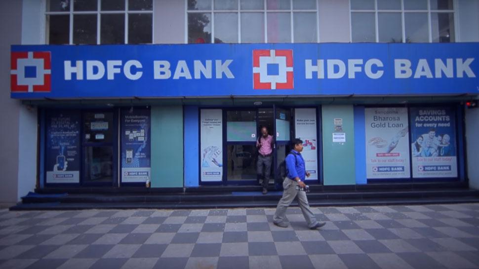 HDFC बैंक ने पासबुक पर लिखा, खाते में एक लाख से ज्यादा हुए तो जिम्मेदारी नहीं