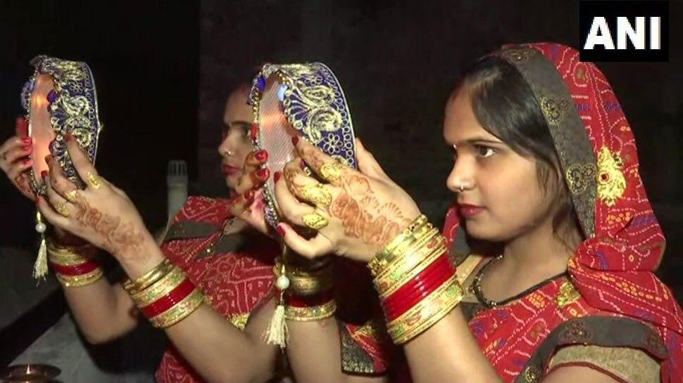 karwa chauth 2019: देश-दुनिया में मना करवाचौथ, तस्वीरों में देखें शिल्पा-रवीना कैसी दिखीं सजी-धजी