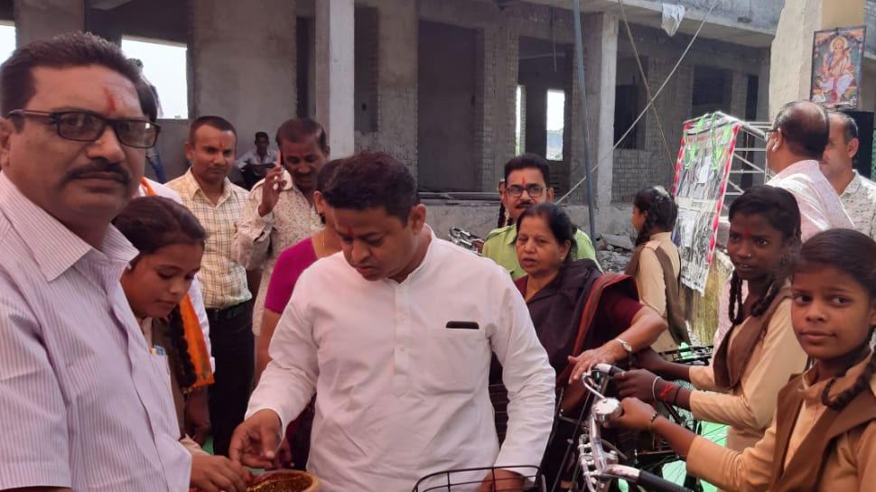 उदयपुर: स्कूल में साइकिल वितरण कार्यक्रम में न बुलाए जाने पर भाजपाइयों ने जमकर किया प्रदर्शन
