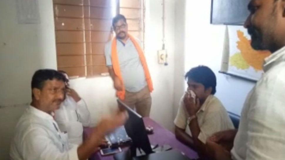 बिहार: बाढ़ पीड़ितों ने पुलिस-सीओ को बनाया बंधक, मुआवजा नहीं मिलने पर किया हंगामा